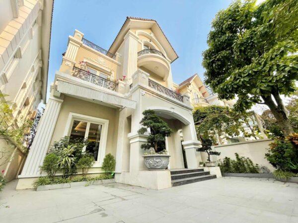 Big garden detached villa for rent at Vinhomes Riverside (1)