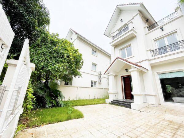 Semi-detached villa for rent in Vinhomes Riverside with a big garden (1)